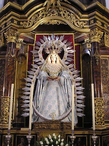 La O Gloriosa en su altar